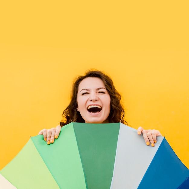 Uśmiechnięta Kobieta Z Tęcza Parasolem Darmowe Zdjęcia