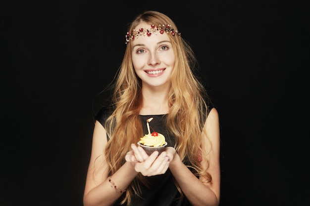 Uśmiechnięta ładna Kobieta Trzyma Urodzinową Babeczkę Darmowe Zdjęcia
