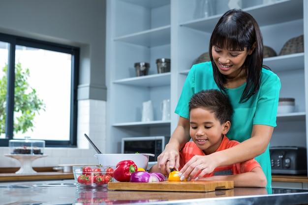 Uśmiechnięta Matka Gotowania Z Jej Synem Premium Zdjęcia