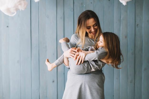 Uśmiechnięta Matka I Córka Obchodzi Dzień Matki Premium Zdjęcia