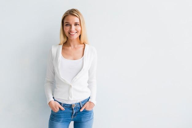 Uśmiechnięta młoda blond kobieta w przypadkowych ubraniach Darmowe Zdjęcia