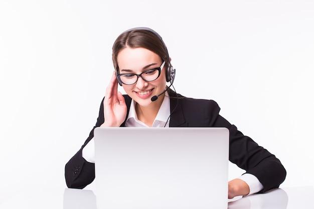 Uśmiechnięta Młoda Dziewczyna Obsługi Klienta Z Zestawem Słuchawkowym W Jej Miejscu Pracy Na Białym Tle Darmowe Zdjęcia