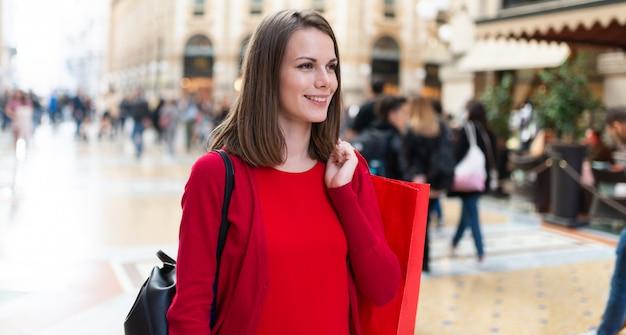 Uśmiechnięta Młoda Kobieta Na Zakupy W Mediolanie We Włoszech Premium Zdjęcia