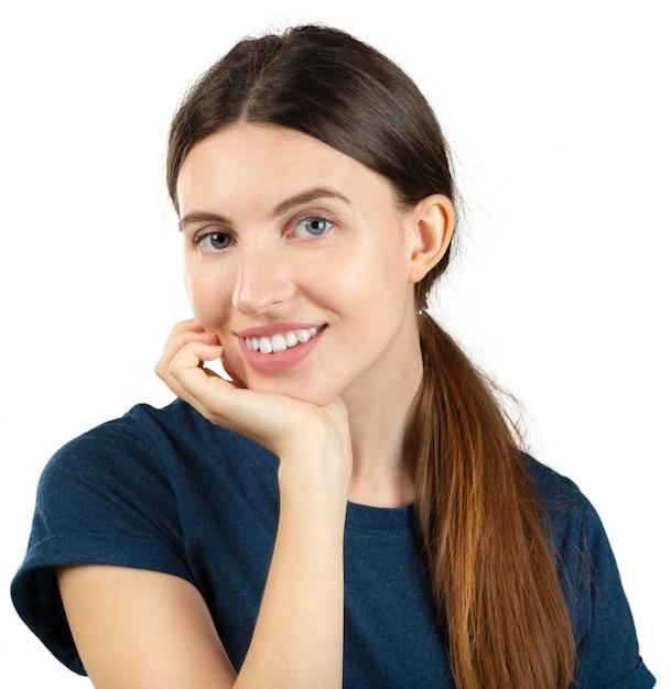 Uśmiechnięta młoda kobieta odizolowywająca na bielu Premium Zdjęcia