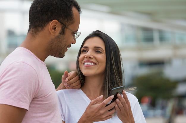 Uśmiechnięta młoda para, patrząc na siebie Darmowe Zdjęcia