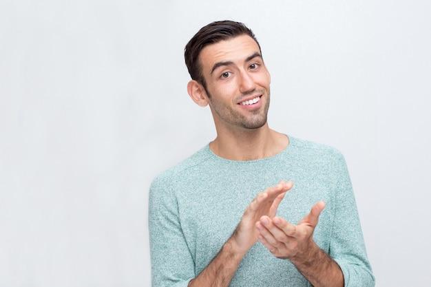 Uśmiechnięta Młody Atrakcyjne Człowiek Klaskanie Ręce Darmowe Zdjęcia