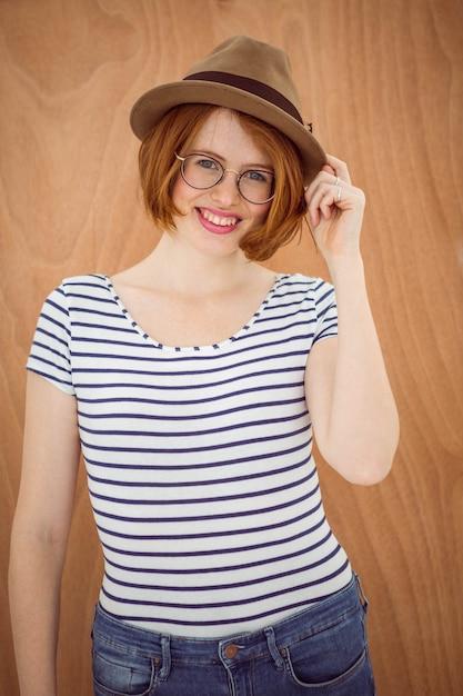 Uśmiechnięta modniś kobieta jest ubranym trilby Premium Zdjęcia