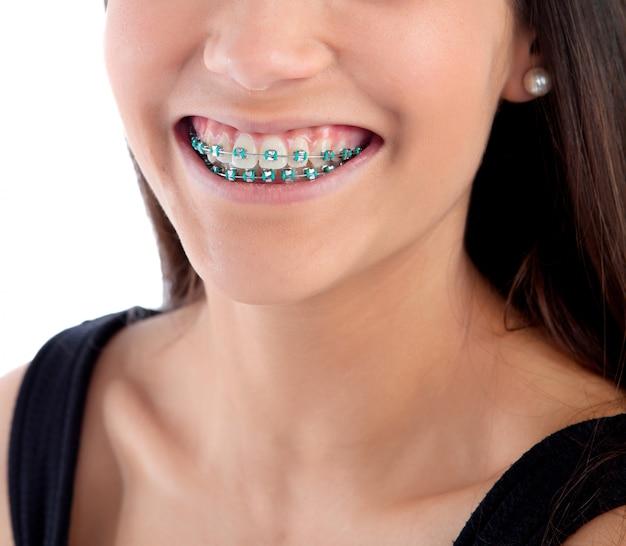 Uśmiechnięta Nastolatek Dziewczyna Z Wspornikami Premium Zdjęcia