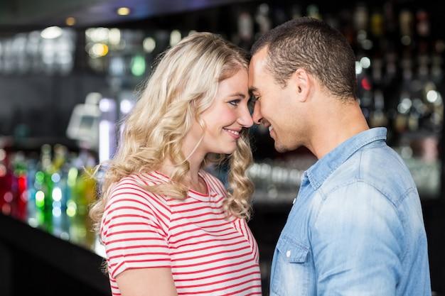 Uśmiechnięta para patrzeje each inny Premium Zdjęcia