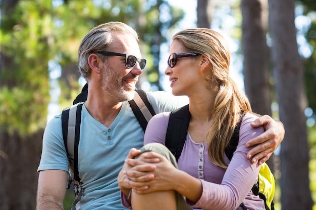 Uśmiechnięta Para Patrzeje Twarz W Twarz Podczas Gdy Relaksujący Premium Zdjęcia