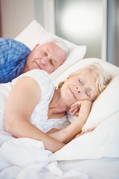 Uśmiechnięta Para Starszych Spanie Premium Zdjęcia