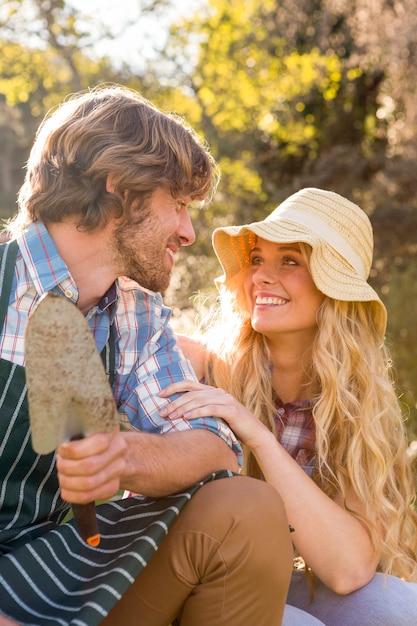 Uśmiechnięta Para Trzyma łopatę W Ogródzie Premium Zdjęcia
