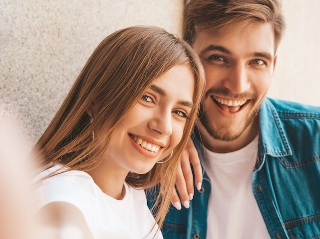 Uśmiechnięta Piękna Dziewczyna I Jej Przystojny Chłopak W Letnie Ubrania. Darmowe Zdjęcia