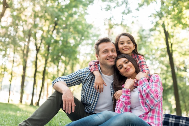 Uśmiechnięta rodzina spędza czas razem w parku Darmowe Zdjęcia