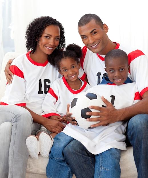 Uśmiechnięta Rodzina Trzyma Piłki Nożnej Premium Zdjęcia