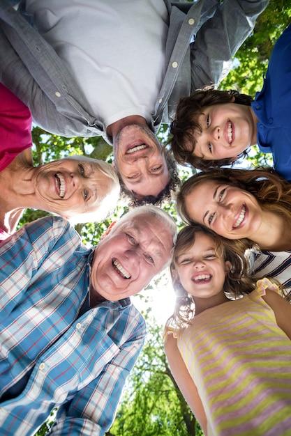 Uśmiechnięta rodzina z głowami w okręgu Premium Zdjęcia
