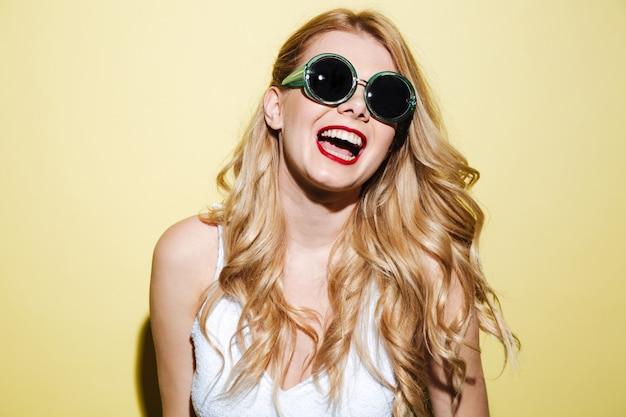 Uśmiechnięta Szczęśliwa Blondynki Kobieta Jest Ubranym Okulary Przeciwsłonecznych Darmowe Zdjęcia