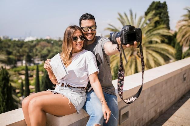 Uśmiechnięta turystyczna para bierze jaźń portret przez kamery Darmowe Zdjęcia