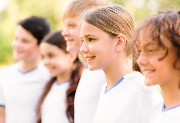 Uśmiechnięte Dzieciaki Przygotowują Się Do Meczu Piłki Nożnej Darmowe Zdjęcia