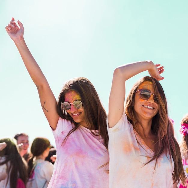 Uśmiechnięte Młode Kobiety Jest Ubranym Okulary Przeciwsłonecznych Tanczy Przy Holi Festiwalem Darmowe Zdjęcia