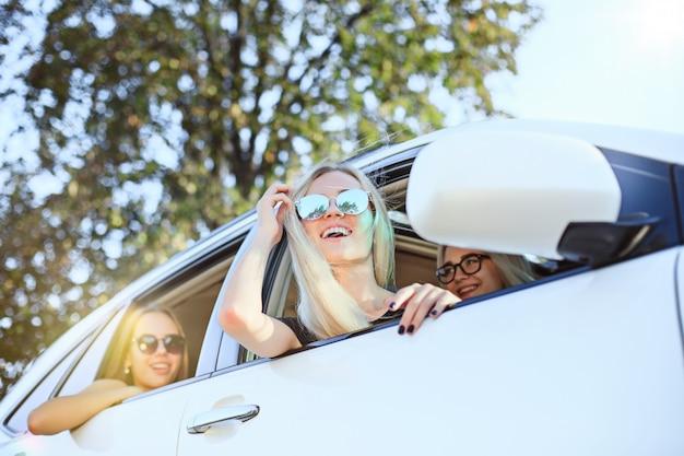 Uśmiechnięte Młode Kobiety W Samochodzie Darmowe Zdjęcia