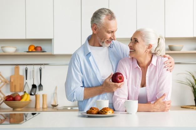 Uśmiechniętej Dojrzałej Kochającej Pary Rodzinna Pozycja Przy Kuchnią Darmowe Zdjęcia