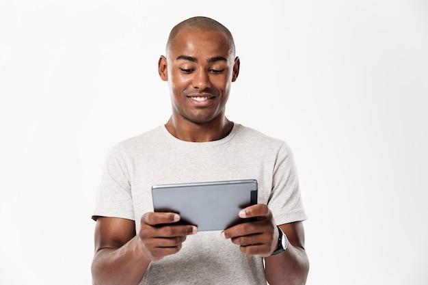 Uśmiechnięty Afrykański Mężczyzna Używa Pastylka Komputer Darmowe Zdjęcia
