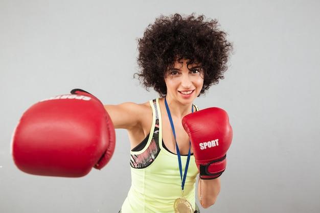Uśmiechnięty Beztroski Sport Kobiety Boks Przy Kamerą Darmowe Zdjęcia