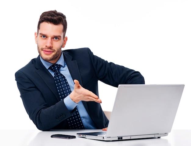Uśmiechnięty Biznesmen Pokazuje Na Laptopie Darmowe Zdjęcia