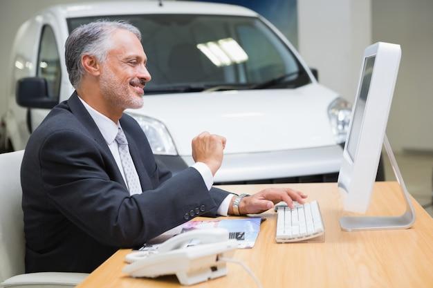 Uśmiechnięty Biznesmen Używa Jego Laptop Premium Zdjęcia