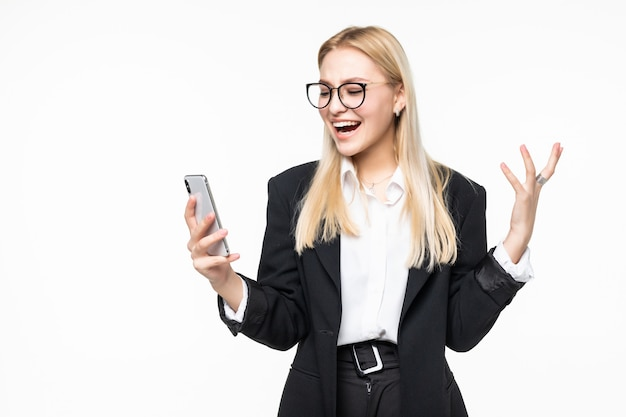 Uśmiechnięty Bizneswoman Używa Smartphone Nad Szarości ścianą. Darmowe Zdjęcia