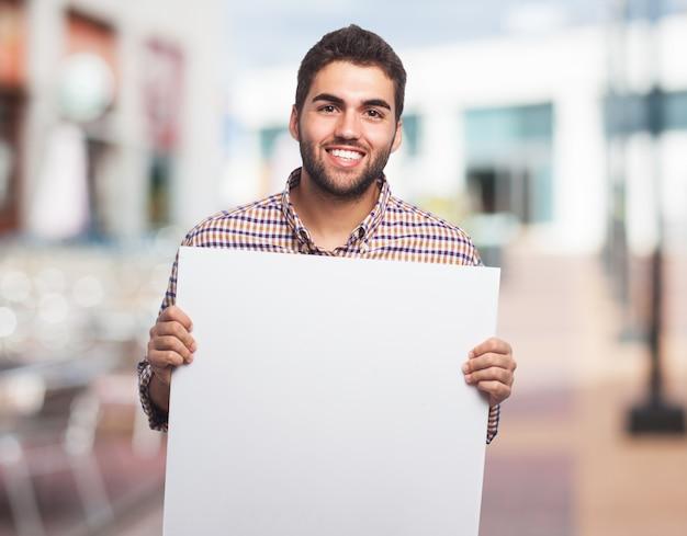 Uśmiechnięty Człowiek Z Czystą Kartkę Papieru Darmowe Zdjęcia