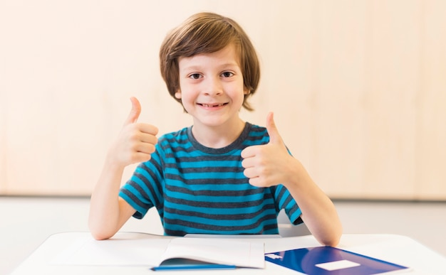 Uśmiechnięty Dzieciak Robi Kciuk W Górę Znak Darmowe Zdjęcia