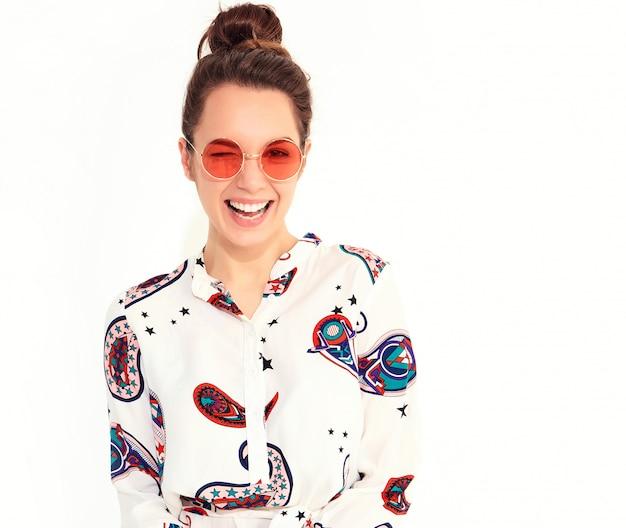 Uśmiechnięty Kobieta Model W Przypadkowym Lecie Odziewa W Okularach Przeciwsłonecznych. Mrugnięcie Darmowe Zdjęcia