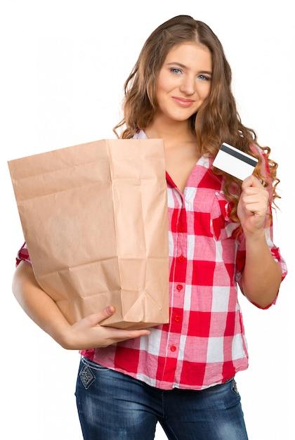 Uśmiechnięty Kobieta Zakupy W Supermarkecie Odizolowywającym Premium Zdjęcia