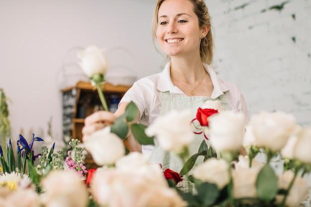 Uśmiechnięty Kwiaciarni Zrywanie Wzrastał Darmowe Zdjęcia