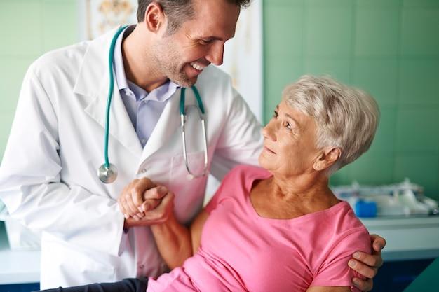 Uśmiechnięty Lekarz Pomaga Starszej Kobiety Darmowe Zdjęcia