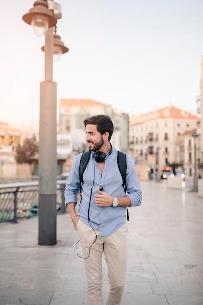 Uśmiechnięty męski turystyczny odprowadzenie na bruku Darmowe Zdjęcia