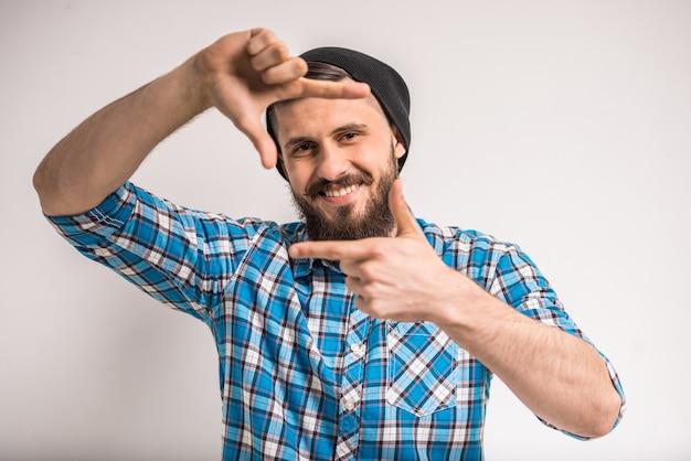 Uśmiechnięty mężczyzna otoczki zdjęcie palcami Premium Zdjęcia
