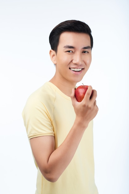 Uśmiechnięty mężczyzna z czerwonym jabłkiem Darmowe Zdjęcia