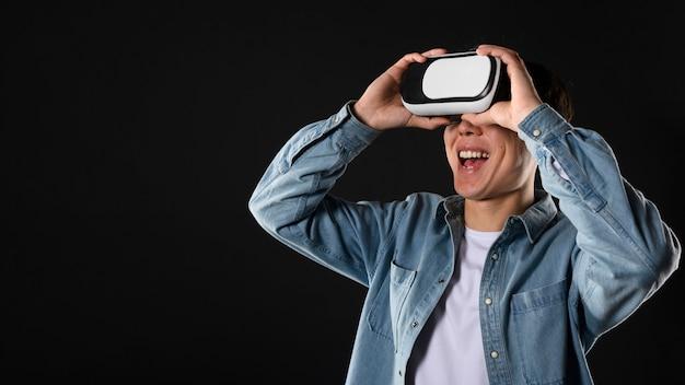 Uśmiechnięty Mężczyzna Z Wirtualnej Rzeczywistości Słuchawki Darmowe Zdjęcia