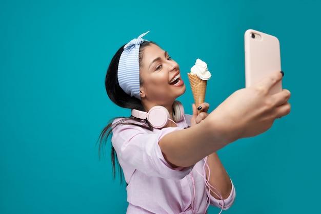 Uśmiechnięty Model Bierze Selfie, Trzyma Lody. Premium Zdjęcia