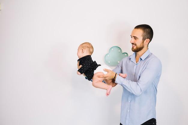 Uśmiechnięty Ojciec Bawić Się Z Dzieckiem Darmowe Zdjęcia