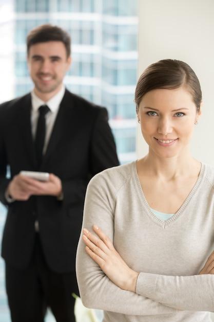 Uśmiechnięty piękny bizneswoman patrzeje kamerę Darmowe Zdjęcia