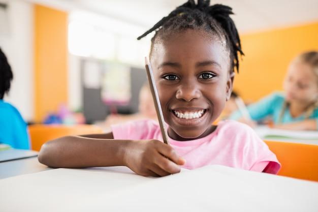 Uśmiechnięty Portret Ucznia Studiowanie Premium Zdjęcia