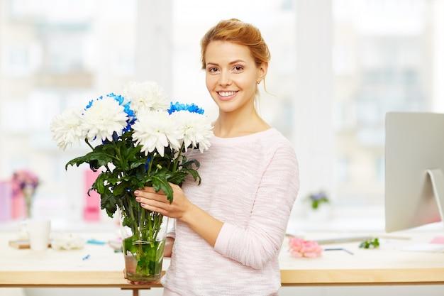 Uśmiechnięty Projektant Kwiatowy W Pracy Darmowe Zdjęcia