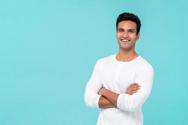 Uśmiechnięty szczęśliwy indyjski mężczyzna z rękami skrzyżowanymi Premium Zdjęcia