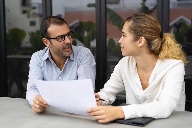 Uśmiechnięty żeński klienta konsultować męskiego eksperta Darmowe Zdjęcia