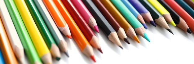 Ustaw Ołówkowy Kolorowy Ołówek Na Stole Premium Zdjęcia