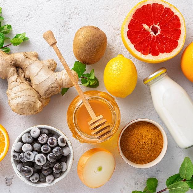 Ustaw Warzywa I Owoce, Aby Wzmocnić Układ Odpornościowy. Zdrowe Produkty Dla Odporności Poprawiające Widok Z Góry Premium Zdjęcia